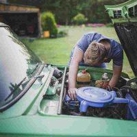 cómo limpiar el motor de un auto por dentro